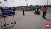 Ada 3 pos check point di kawasan Kanal Banjir Timur (KBT) yang setiap hari memantau pergerakan masyarakat selama PSBB Transisi berlangsung. CNNIndonesia/Safir Makki