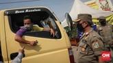 Pengendara mobil bernomor polisi luar DKI Jakarta pun diminta untuk memperlihatkan identitas diri dan surat jalan lainnya selama PSBB Transisi. CNNIndonesia/Safir Makki