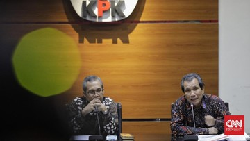 Wakil Ketua KPK Alexander  Marwata (kiri) bersama Deputi Bidang Pencegahan KPK Pahala Nainggolan (kanan) memberikan keterangan terkait kajian dan rekomendasi KPK terkait Program Prakerja. Jakarta, Kamis, 18 Juni 2020. CNN Indonesia/Adhi Wicaksono