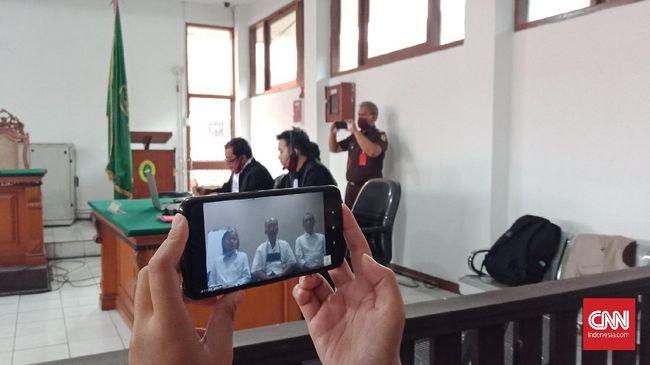Sidang perdana kasus kelompok Sunda Empire memasuki sidang perdana dengan agenda pembacaan dakwaan oleh jaksa penuntut umum (JPU) di Pengadilan Negeri Bandung, Jawa Barat, Kamis (18/6).