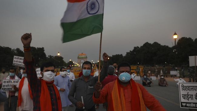 Members of ruling Bharatiya Janata Party march in front of India Gate monument in New Delhi, India, holding candles as tributes to Indian soldiers killed during confrontation with Chinese soldiers in the Ladakh region, Wednesday, June 17, 2020. Twenty Indian troops were reportedly killed, in the clash in the Ladakh region late Monday that was the first deadly confrontation on the disputed border between India and China since 1975. (AP Photo/Manish Swarup)
