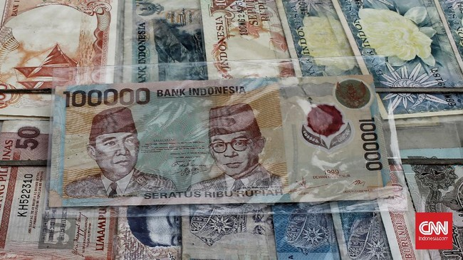 Uang Kertas bergambar Bung Karno dan Bung Hatta tahun 1999 yang menjadi uang langka di era sekarang. Selain uang tersebut terbuat dari bahan serupa plastik, uang tersebut mempunyai nilai tinggi bagi kolektor karenan bergambar Bung Karno dan Bung Hatta. Kamis (18/6/2020). CNN Indonesia/Andry Novelino