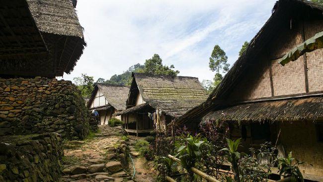 Tetua adat Suku Baduy meminta turis mematuhi protokol kesehatan saat berkunjung demi mencegah penyebaran virus corona di desanya.