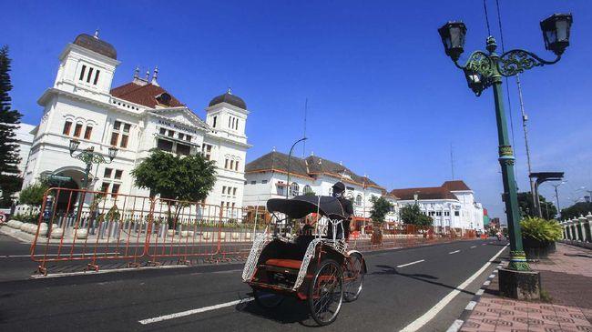 Pengemudi becak melaju di kawasan Titik Nol Km saat pandemi COVID-19 di Yogyakarta, Rabu (10/6/2020). Dinas Lingkungan Hidup (DLH) Kota Yogyakarta mencatat kualitas udara di Kota Yogyakarta sejak Maret 2020 hingga saat ini cenderung membaik, salah satunya karena konsentrasi karbon monoksida yang menurun. Berdasarkan data, konsentrasi karbon monoksida (CO) pada Maret 2020 mencapai 4.169 mikrogram per meter kubik dan pada Mei 2020 turun hingga 42 persen menjadi 2.426 mikro gram per meter kubik. ANTARA FOTO/Andreas Fitri Atmoko/aww.