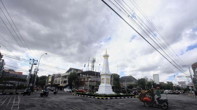 Pengendara melintas di kawasan Tugu Pal Putih, Daerah Istimewa Yogyakarta (DIY), Jumat (29/5/2020). ANTARA FOTO/Andreas Fitri Atmoko