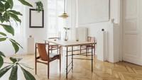 Meja makan dan lantai kayu, ditambah sentuhan tanaman membuat ruang makan terlihat lebih natural. (Foto: iStock)