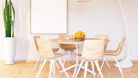 Meja makan berwarna cokelt muda dengan bentuk apapun selalu cocok dengan rumah minimalis, Bunda. (Foto: iStock)