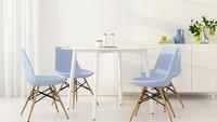 Penggunaan kursi berwarna kontras seperti biru juga bisa jadi solusi, supaya ruang makan di rumah yang serba putih tidak monoton. (Foto: iStock)