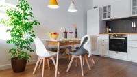Jika tidak punya lahan luas, menyatukan dapur yang kecil dengan ruang makan bisa jadi solusinya. (Foto: iStock)