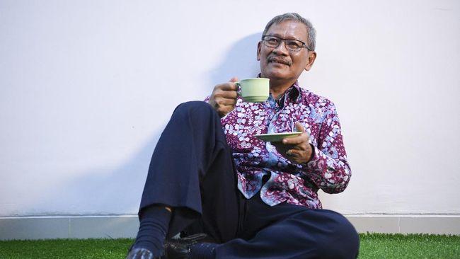 Jubir corona yang mengumumkan kasus harian kini adalah Wiku Adisasmito. Selain Wiku ada juga jubir terkait ekonomi yakni Budi Gunadi Sadikin.