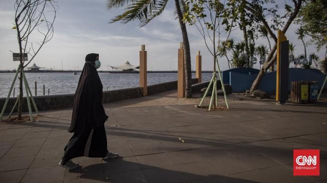 Pengunjung saat berwisata di Pantai Festival, Ancol, Jakarta, Sabtu, 20 Juni 2020. Setelah ditutup selama dua bulan akibat pandemi COVID-19, kawasan rekreasi Ancol Taman Impian kembali dibuka. CNN Indonesia/Bisma Septalisma