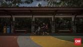 Pengunjung saat berwisata di Dufan, Ancol, Jakarta, Sabtu, 20 Juni 2020. Setelah ditutup selama dua bulan akibat pandemi COVID-19, kawasan rekreasi Ancol Taman Impian kembali dibuka. CNN Indonesia/Bisma Septalisma