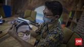 Produksi dummy face shield (pelindung wajah) bergambar karakter personal wajah petugas kesehatan di Percetakan Bintang Sempurna di kawasan Bendungan Hilir, Jakarta, Jumat, 19 Juni 2020. Face shield  karakter tersebut dibanderol dengan harga Rp 35.000 - Rp 50.000 per buahnya. CNN Indonesia/Bisma Septalisma