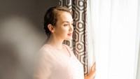<p>Enggak mau ketinggalan, artis cantik Rianti Cartwright juga melakukan maternity shoot meski hanya di rumah aja. (Foto: Instagram @riantic)</p>