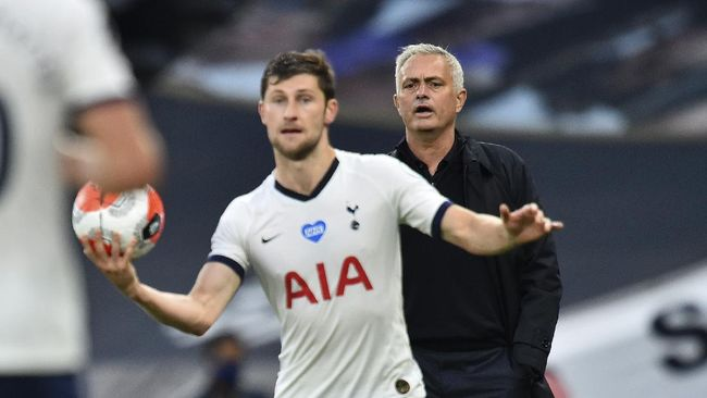 Tottenham's manager Jose Mourinho watches as Tottenham's Ben Davies prepares to throw the ball into play during the English Premier League soccer match between Tottenham Hotspur and Manchester United at Tottenham Hotspur Stadium in London, England, Friday, June 19, 2020. (AP Photo/Glyn Kirk, Pool)