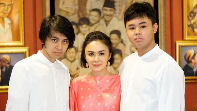 Yuni Shara dan kedua putranya