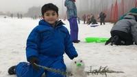 <p>Meski dingin, Quenzino tampak menikmati waktunya berlibur dan bermain salju. (Foto: Instagram @carissa_puteri)</p>