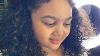 <p>Tidak hanya karena rambut, Amora juga memiliki wajah yang membuatnya terlihat tambah menggemaskan. Netizen pun banyak yang memuji. (Foto: Instagram @krisdayantilemos)</p>