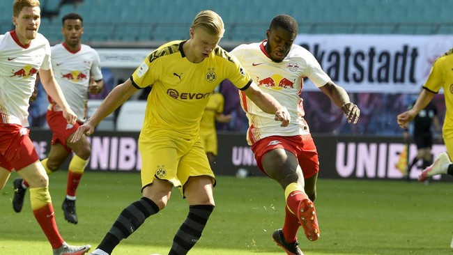 Dortmund's Erling Braut Haaland, left, and Leipzig's Dayot Upamecano fight for the ball during the German Bundesliga soccer match between RB Leipzig and Borussia Dortmund in Leipzig, Germany, Saturday, June 20, 2020. (AP Photo/Jens Meyer, Pool)