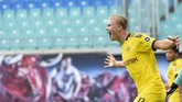 Dortmund's Erling Braut Haaland, right, celebrates after he scored his side's second goal during the German Bundesliga soccer match between RB Leipzig and Borussia Dortmund in Leipzig, Germany, Saturday, June 20, 2020. (AP Photo/Jens Meyer, Pool)