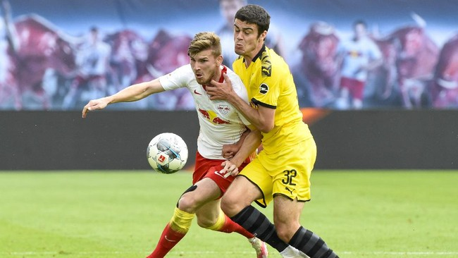 Leipzig's Timo Werner, left, and Dortmund's Giovanni Reyna fight for the ball during the German Bundesliga soccer match between RB Leipzig and Borussia Dortmund in Leipzig, Germany, Saturday, June 20, 2020. (AP Photo/Jens Meyer, Pool)