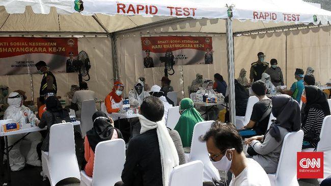 Warga melakukan rapid test dan swab di kawasan jalan Sudirman,  Jakarta Pusat.  Minggu (21/6/2020). CNN Indonesia/Andry Novelino