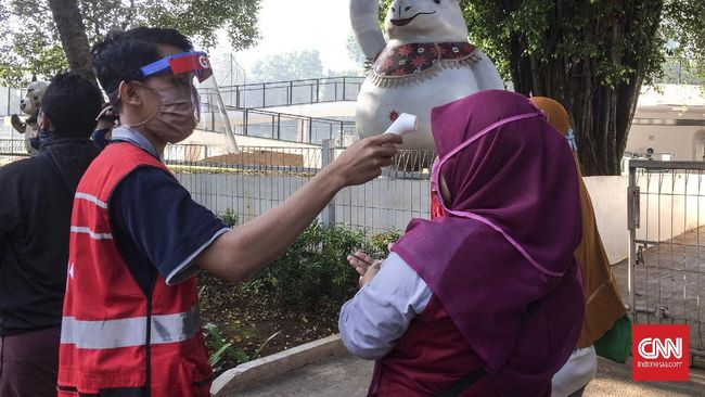 Warga DKI Jakarta yang ingin berolahraga terlihat memedati Gelora Bung Karno, Jakarta Selatan