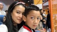 Kini, Kana tumbuh jadi anak yang aktif dalam berbagai kegiatan. Termasuk ikut taekwondo nih. Pada beberapa waktu lalu, Kana yang sudah di tingkatan sabuk kuning sedang ikut ujian lho. (Foto: Instagram @marcella.zalianty)