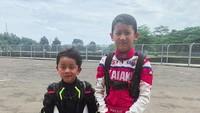 <div>Senyum manis Kana tersungging nih, ketika latihan balap bareng sama adik Magali. Kedua anak Marcella sepertinya suka balapan juga seperti sang ayah nih. (Foto: Instagram @marcella.zalianty)</div><div></div>