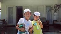 Kana dan Magali sedang siap-siap salat Jumat. Foto diambil jauh sebelum ada pandemi Corona ya, Bunda. Semoga Kana dan Magali jadi anak yang saleh kebanggaan ayah dan bunda. (Foto: Instagram @anandamicola27)