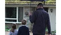 <p>William mengajak Charlotte dan George berpartisipasi dalam kegiatan sukarela. Ketiganya mengunjungi Estate Sandringham untuk menyiapkan paket makanan dan diberikan pada para pensiunan yang terisolasi, Bunda. Keren banget kan? (Foto: Instagram @kensingtonroyal)</p>