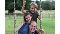 <p>Lockdown di Ingggris tak membuat ketiga anak William-Kate bosan, Bunda. Baru-baru ini, ketiganya menghabiskan waktu bersama sang ayah. (Foto: Instagram @kensingtonroyal)</p>