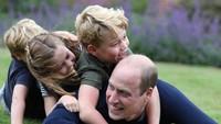 <p>Pangeran George, Putri Charlotte, dan Pangeran Louis tak bisa menyembunyikan kebahagiaannya bermain bersama William. Ssttt..ternyata foto ini diabadikan Kate lho. (Foto: Instagram @kensingtonroyal)</p>