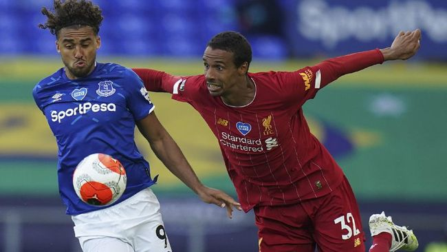 Everton's Dominic Calvert-Lewin, left, and Liverpool's Joel Matip during the English Premier League soccer match between Everton and Liverpool at Goodison Park in Liverpool, England, Sunday, June 21, 2020. (AP photo/Jon Super, Pool)