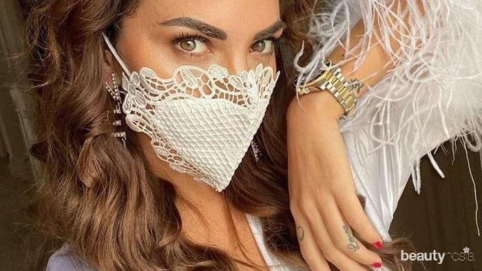 Tetap Tampil Cantik dan Trendi Saat Pakai Masker dengan Cara-Cara Ini!