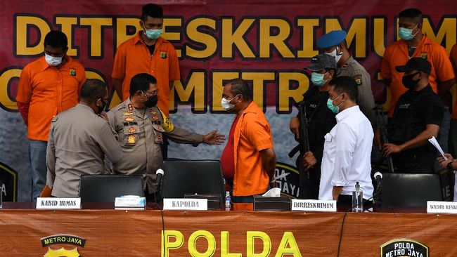 Kapolda Metro Jaya Irjen Pol Nana Sudjana (kedua kiri) didampingi Kabid Humas Kombes Pol Yusri Yunus (kiri) dan Dirreskrimum Kombes Pol Tubagus Ade Hidayat (kanan) bertanya kepada tersangka kasus kejahatan John Kei (kedua kanan) di Polda Metro Jaya, Jakarta, Senin (22/6/2020). Tim gabungan Polda Metro Jaya berhasil menangkap 30 orang yakni John Kei beserta anggota kelompoknya dalam kasus pengeroyokan, pembunuhan dan kekerasan di kawasan Duri Kosambi, Jakarta Barat dan Perumahan Green Lake City, Kota Tangerang, Banten pada Minggu 21 Juni 2020. ANTARA FOTO/Sigid Kurniawan/wsj.