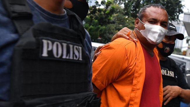 Polisi membawa salah satu tersangka kejahatan John Kei saat rilis di Polda Metro Jaya, Jakarta, Senin (22/6/2020). Tim gabungan Polda Metro Jaya berhasil menangkap 30 orang yakni John Kei beserta anggota kelompoknya dalam kasus pengeroyokan, pembunuhan dan kekerasan di kawasan Duri Kosambi, Jakarta Barat dan Perumahan Green Lake City, Kota Tangerang, Banten pada Minggu 21 Juni 2020. ANTARA FOTO/Sigid Kurniawan/wsj.