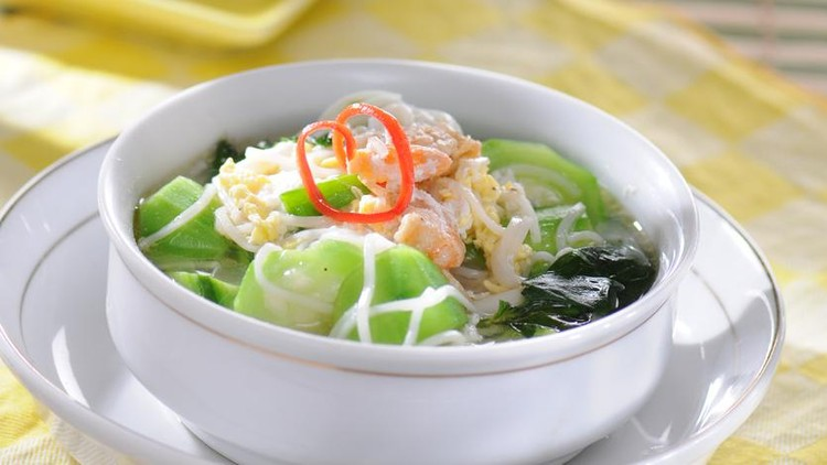 Sayur oyong or okra soup, usually served in clear chicken broth with rice vermicelli (bihun) or mung bean vermicelli (sohun), with slices of bakso (ground beef surimi)
