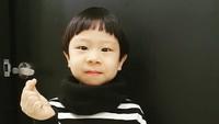 <p>Lihat saja, Kim Jun tampak menggemaskan ketika berfoto dengan jarinya yang membentuk hati ala orang Korea. Duh, uwu banget kan, Bunda. (Foto: Instagram @k_im_yul_jun)</p>