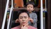 <p>Kedekatan antara U-Ju dengan ayahnya juga menjadi perhatian. Chemistry di antara keduanya benar-benar seperti ayah dan anak lho! (Foto: Instagram @jojungsuk)</p>