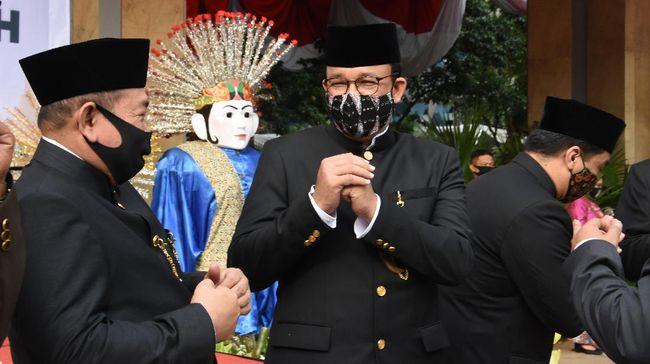 Gubernur DKI Jakarta Anies Baswedan (tengah) memberi salam usai memimpin upacara peringatan HUT ke-493 Kota Jakarta di halaman Balai Kota DKI Jakarta, Senin (22/6/2020). Upacara HUT Kota Jakarta yang diperingati setiap tanggal 22 Juni itu diselenggarakan dengan menerapkan protokol kesehatan COVID-19. ANTARA FOTO/Indrianto Eko Suwarso/hp.