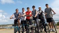 <p>Tak cuma jalan-jalan, Anggi mengisi waktu dengan bersepeda lho, Bunda. (Foto: Instagram @anggikdmn)</p>