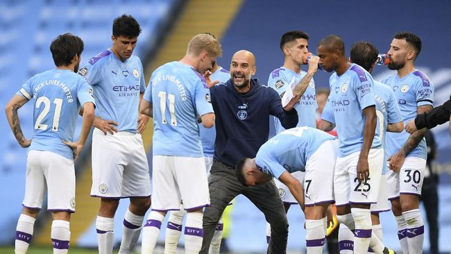 Manchester City's head coach Pep Guardiola gestures as he talks with his players during a drinks break in the English Premier League soccer match between Manchester City and Burnley at Etihad Stadium, in Manchester, England, Monday, June 22, 2020. (AP Photo/Michael Regan,Pool)