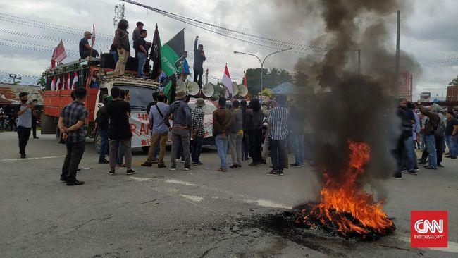 Massa dari berbagai organisasi melakukan boikot Jalan keluar dan masuk Bandar Udara (Bandara) Haluoleo Kendari, Selasa (23/6). Mereka menggelar demo penolakan kedatangan 500 tenaga kerja asing (TKA) asal China.