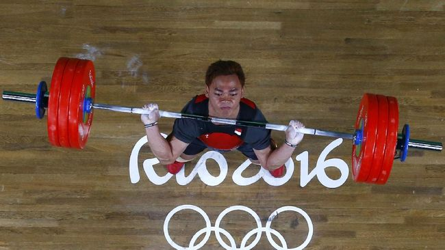 Indonesia's Eko Yuli Irawan competes during the Men's 62kg weightlifting competition at the Rio 2016 Olympic Games in Rio de Janeiro on August 8, 2016. (Photo by Stoyan Nenov / POOL / AFP)