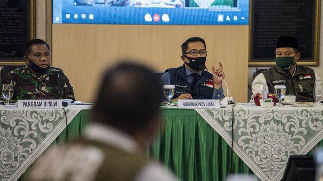 Gubernur Jawa Barat Ridwan Kamil (tengah) didampingi Wakil Gubernur Uu Ruzhanul Ulum (kanan) dan Pangdam III Siliwangi Mayjen TNI Nugroho Budi (kiri) menyampaikan arahan saat rapat Gugus Tugas Percepatan Penanggulangan COVID-19 di Makodam III Siliwangi, Bandung, Jawa Barat, Senin (22/6/2020). Rapat tersebut membahas evaluasi dan perkembangan penanganan dalam memutus rantai penularan COVID-19 di Jawa Barat. ANTARA FOTO/M Agung Rajasa/wsj.