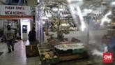 Plastik pembatas antara pedagang dan pembeli dipasang pedagang di kios mereka di Pasar Santa, Jakarta, Selasa, 23 Juni 2020. Pemasangan plastik ini merupakan sebagian dari protokol kesehatan pencegahan Covid-19 yang diterapkan di pasar ini. CNN Indonesia/Adhi Wicaksono