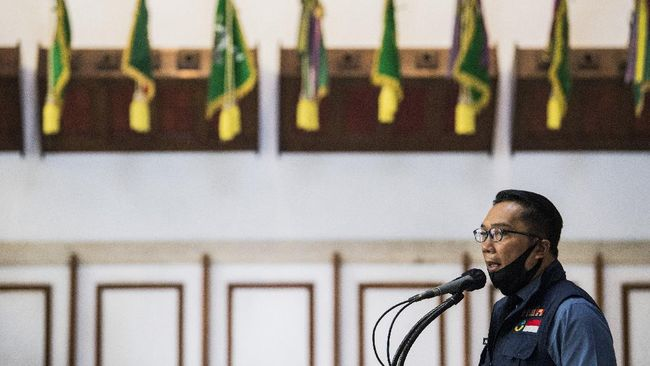 Gubernur Jawa Barat Ridwan Kamil memberikan keterangan pers usai rapat Gugus Tugas Percepatan Penanggulangan COVID-19 di Makodam III Siliwangi, Bandung, Jawa Barat, Senin (22/6/2020). Rapat tersebut membahas evaluasi dan perkembangan penanganan dalam memutus rantai penularan COVID-19 di Jawa Barat. ANTARA FOTO/M Agung Rajasa/wsj.