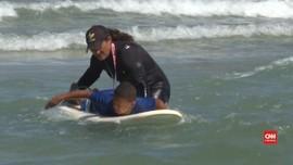 VIDEO: Kisah Wanita Pelatih Selancar di Pantai Israel