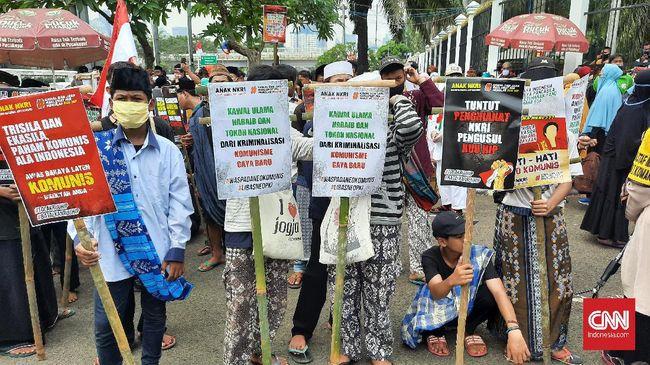 Massa pengunjuk rasa tolak Rancangan Undang-Undang Haluan Ideologi Pancasila (RUU HIP) menggelar aksi demo di depan gerbang area kompleks MPR/DPR, Rabu, 24 Juni 2020